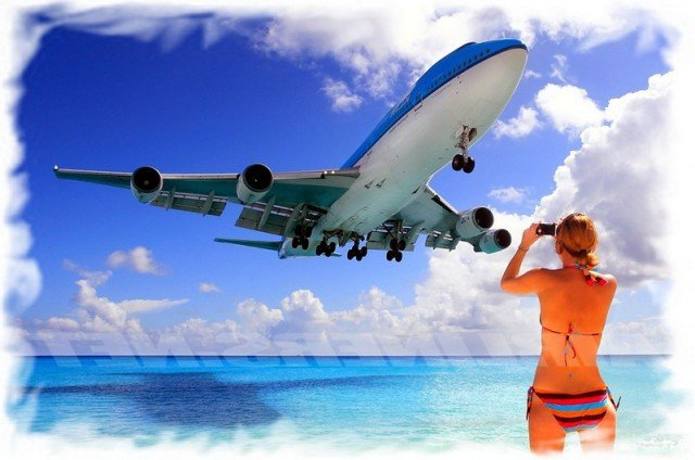 Самолет над пляжем