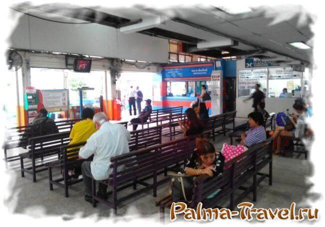 Внутри автобусного терминала Ekkamai в Бангкоке