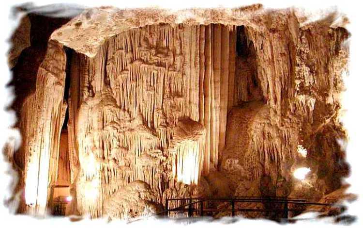 Чем заняться на полуострове Рейли  - Алмазная пещера