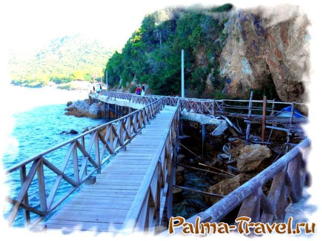 Дорожка вдоль скалы на пляж Tien (Ко Лан, Паттайя)