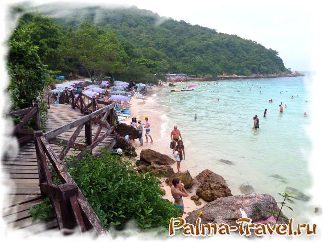 Ближняя к пирсу часть пляжа Laem Sangwan - камни на берегу