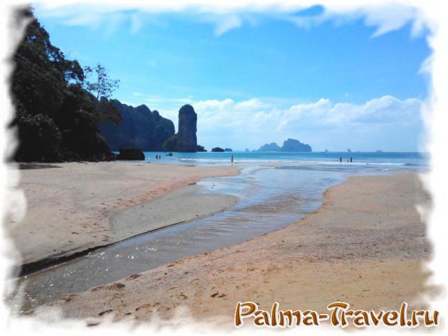 Небольшая речушка в конце пляжа Ао Нанг