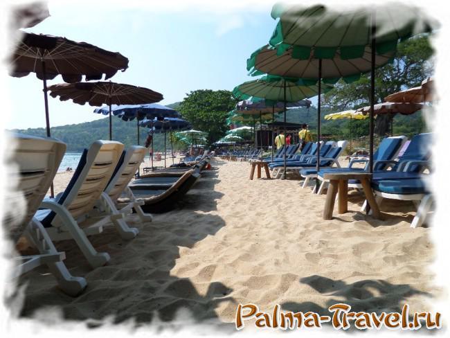 Лежаки и зонтики на пляже Nual (Monkey beach) на Ко Лан