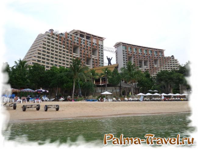 Вид со стороны моря на корпуса отеля Centara Grand Mirrage у пляжа Вонгамат.