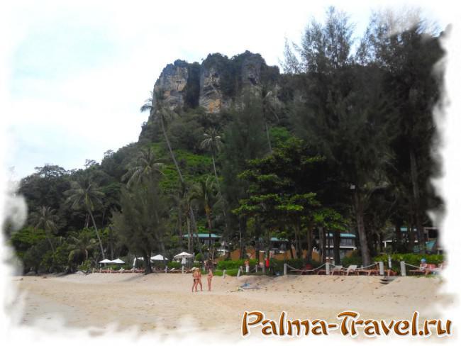 Пляж отеля Centara - Pai Plong beach. Вид на прибрежные скалы и деревья