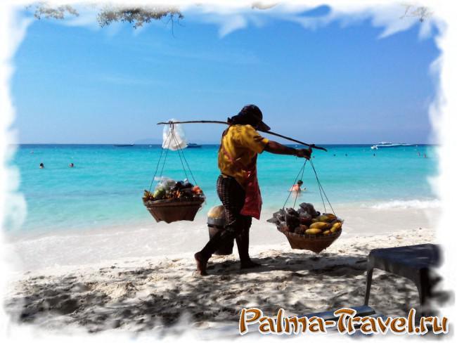 Разносчица фруктов на пляже Тиен (Ко Лан)