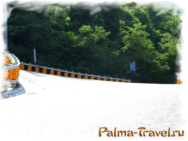 Шпилька на спуске к пляжу Tawaen baech . Напрово -узкая дорога на Tien beach