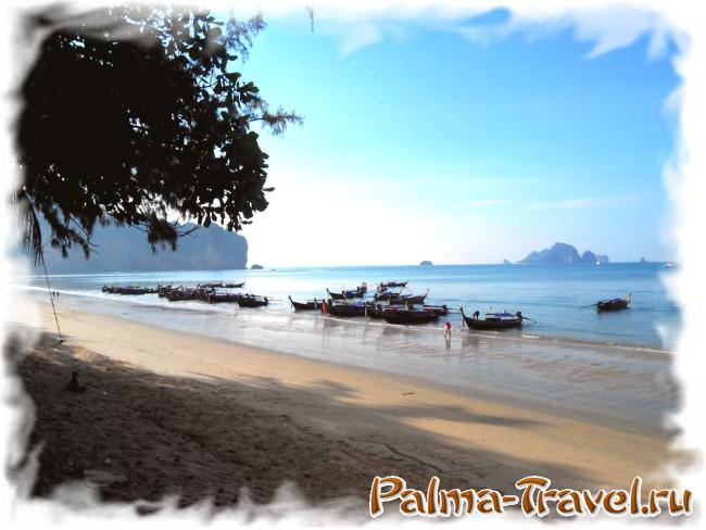 Центральная часть Ao Nang beach  утром. Стоянка длиннохвостых лодок