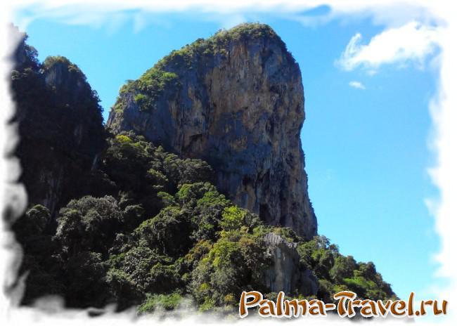Величественная скала нмежду пляжами Railey West и Phranag