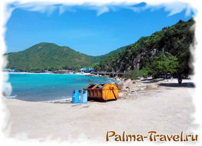 Вид на Tien beach со стоянки сонгтэо. Справа - стоянка мотобайков