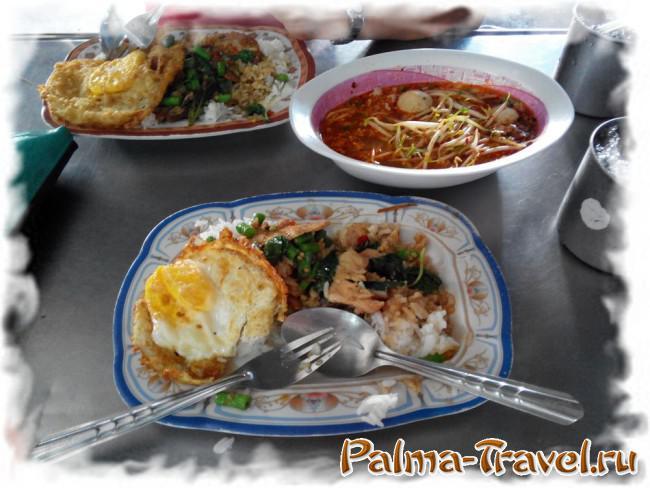 Блюда тайской кухни в уличном кафе Бангкока