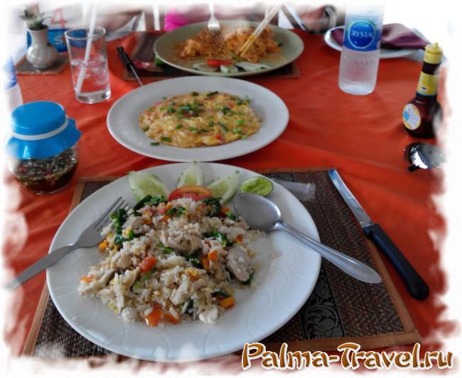 Блюда тайской кухни на основе риса и овощей
