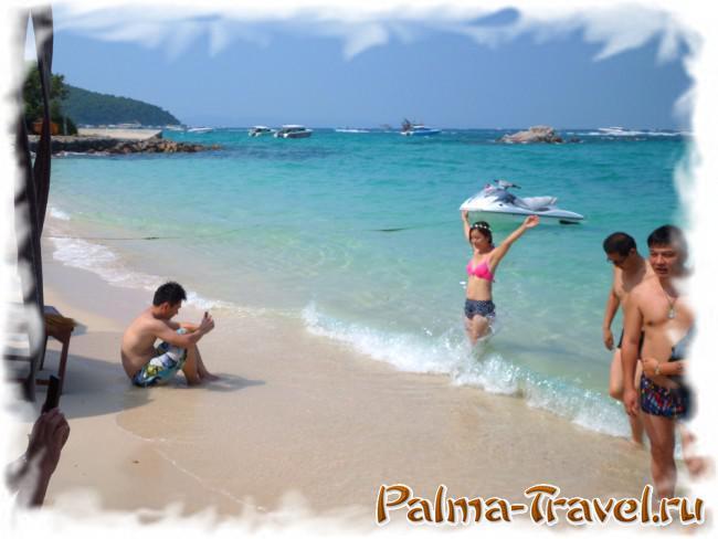 Фотографии на фоне моря - любимое занятие китайских туристов. Пляж Тонглан,  Ко Лан