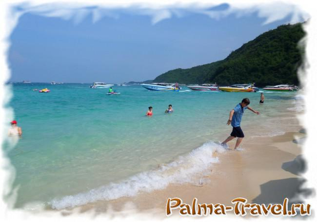 Резвящиеся у берега китайские туристы на пляже Тонглан (остров Ко Лан)