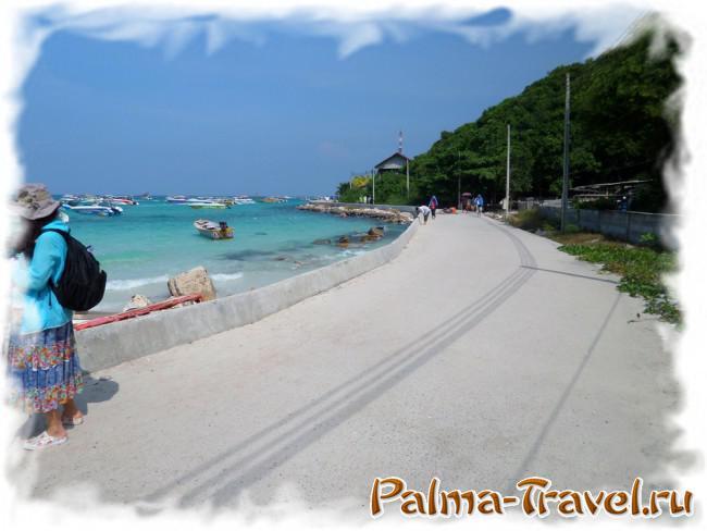 Начало новой  бетонной дороги на пляж Тонглан у пляжа Таваен