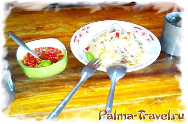 Традиционные тайские блюда - салат из  папайи плюс острый соус