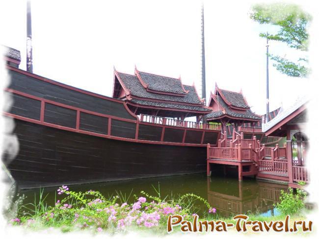 Большой деревянный корабль в парке Древний  Сиам (Ancient Siam)