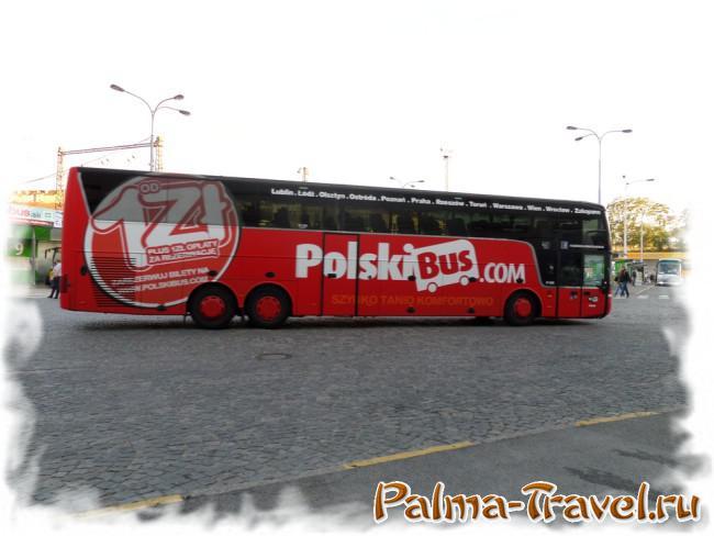 Двухэтажный автобус компании PolskiBus на автовокзале