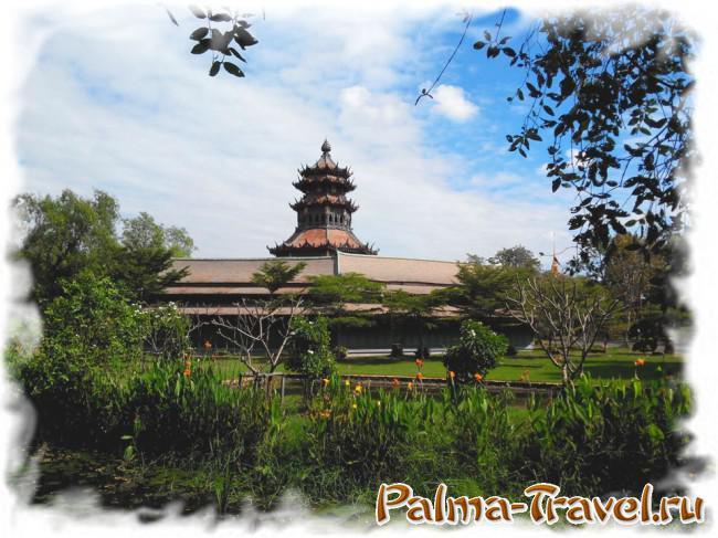Один из древних деревянных павильонов в парке Древний Сиам (Ancient Siam)