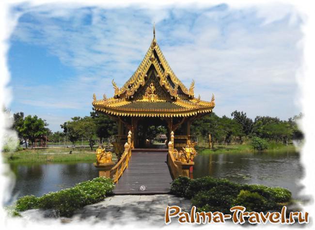 Один из множества красывых мостов через каналы парка Ancient Siam (Древний Сиам)
