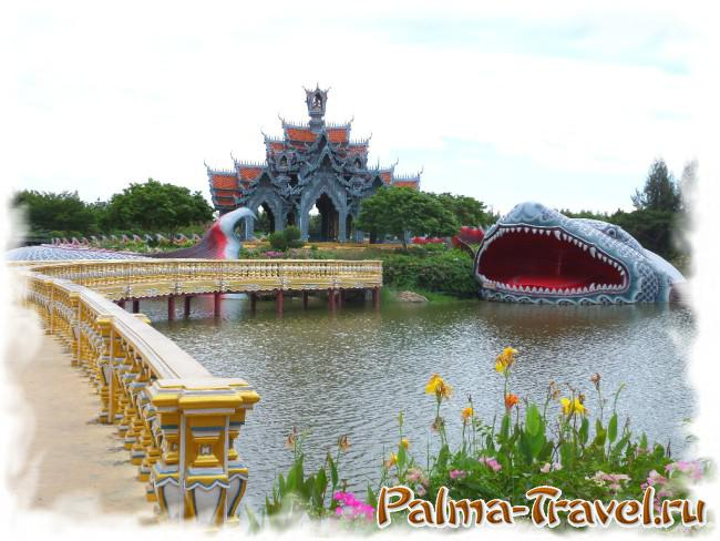 Один из самых красивых храмов парка на острове, окруженном гигантской рыбой