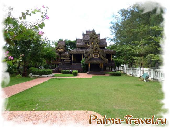Прекоасный образец деревянной тайской архитектуры в парке Ancient Siam (Древний Сиам)