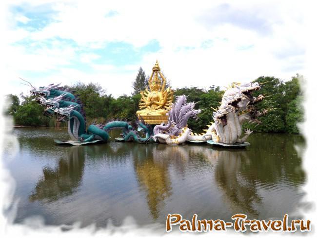 Скульптурные композиции и фонтаны на воде - украшение парка Mueang Boran