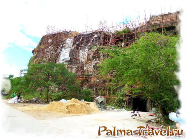 В парке Ancient Siam имеются даже искусственные скалы (вид на строящуюся)