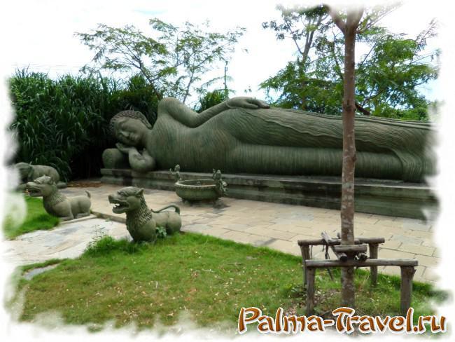 В парке Древний Сиам тихо и спокойно. Поэтому никто не мешает Будде медитировать лежа