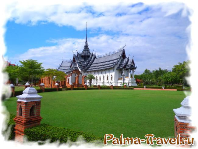Великолепный храм в центральной части парка Mueang Boran (Ancient Siam)