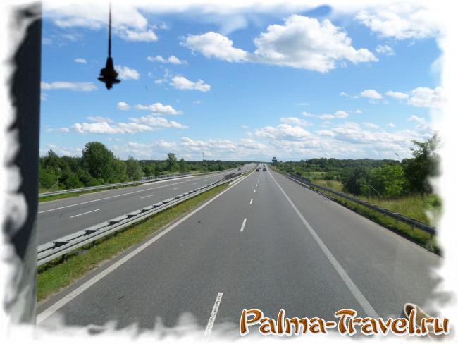 Вид на дорогу с мест на переднем ряду второго этажа автобусов PolskiBus