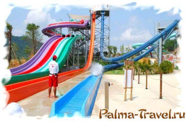 Аттракционы Mat Racer, Freefall и AquaLoop в аквапарке Рамаяна (слева направо)