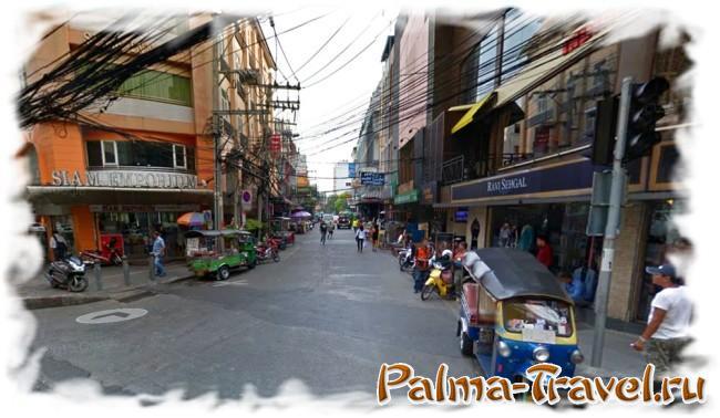 Вид на Soi 8 с Sukhumvit-Road. В зданиях справа и слева - обменники