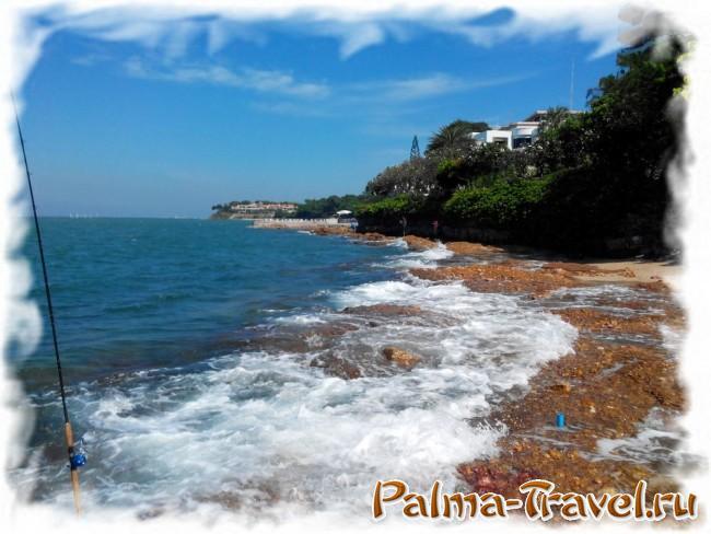 Северная оконечность пляжа - каменистый берег и рыбалка