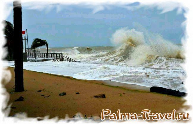 Штормящее мутное море и дождь - частое явление в сзон дождей на Пхукете