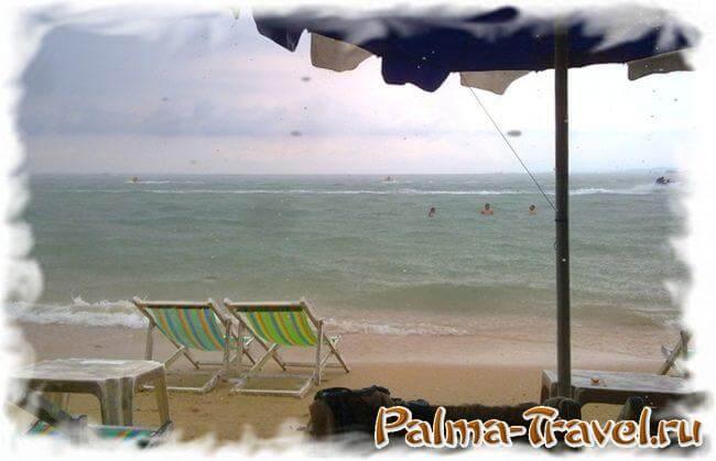 Центральный пляж Паттайи во время кратковременного дождя