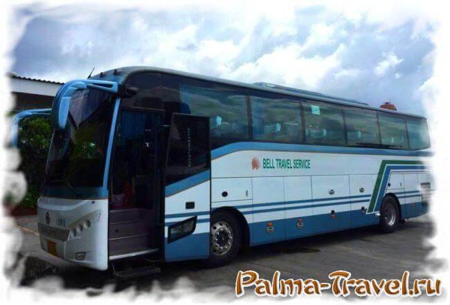 Автобус компании Bell Travel Service ждет пассажиров