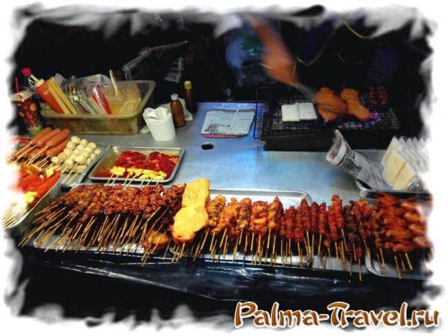 Уличная еда в Паттайе - шашлычки на шпажке. На Пхукете -все в 1,5-2 раза дороже!