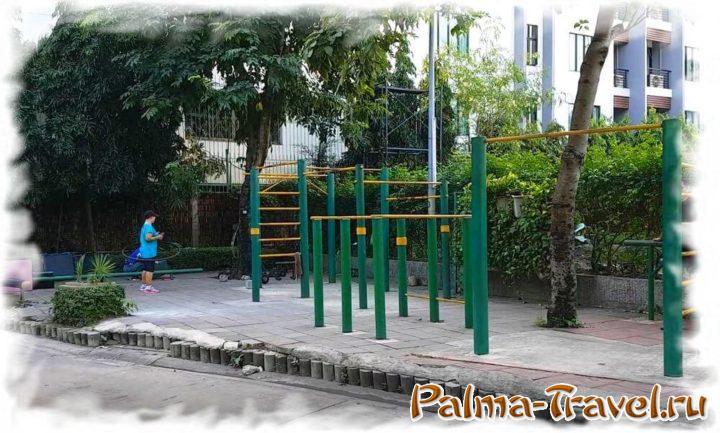 В различных уголках парка Сантипап имеются турники и тренажеры