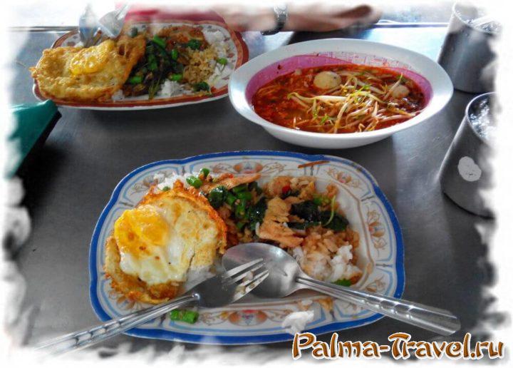 Эти три блюда обошлись менее чем в 100 THB (уличное кафе Бангкок)