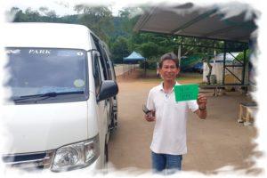 Водитель показыват время отправления с пляжа и номер минибаса