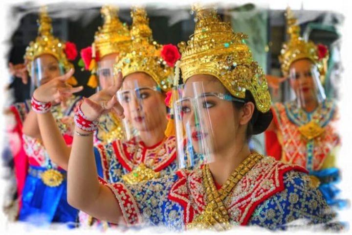 Тайские танцовщицы в национальной одежде и защитных щитках