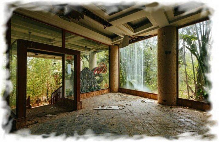 Влажный тропический климат разрушителен для заброшенных отелей